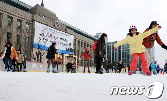 ソウル市庁前の広場にスケートを