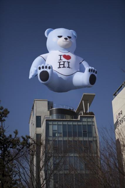 YG社屋に巨大なクマのバルーンが!